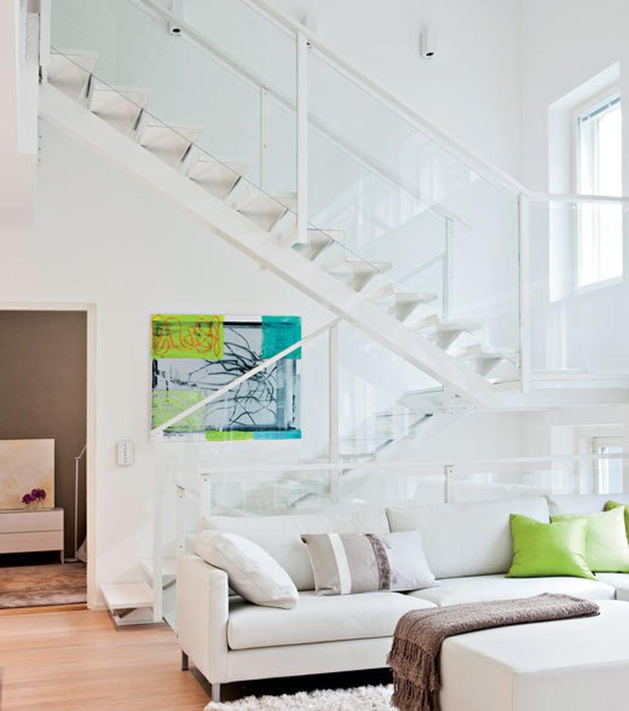 <p><p>Valoa tulviva portaikko on kodin hienoimpia tiloja. Vaativan rakenteen toteutti lahtelainen Vuoripelti. Portaikkoa komistaa entisestään Esa Lukalan maalaus.</p></p>