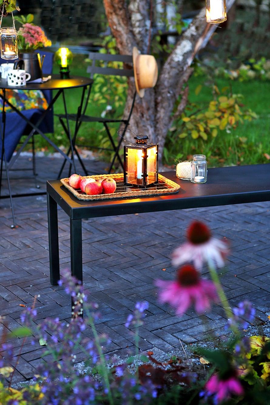 Penkki on monitoimikaluste. Källemon Nonbench-penkin pintamateriaali on säänkestävää kumia. Sarjaan kuuluu myös erikokoisia pöytiä ja tuoleja.