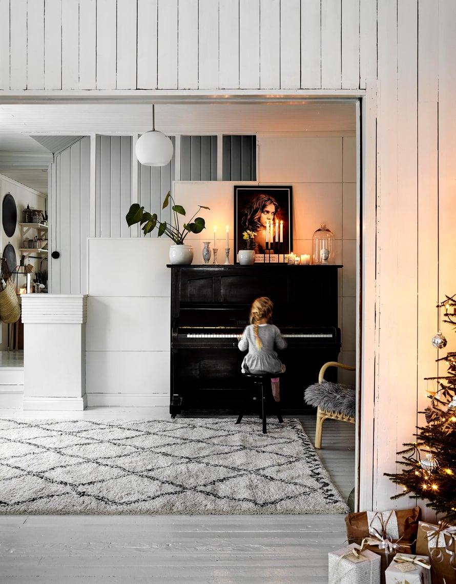 Klaara soittaa  pianoa, joka on soittamista harrastavan Timo-isän heräteostos. Yksi joulun  ohjelmanumeroista on Timon ja Niilo-pojan yhteinen esitys. Suuri matto on Elloksen.   Perheen kotitalo  on rakennettu 1940-luvulla ja toiminut kauppana aina 1960-luvulle saakka.