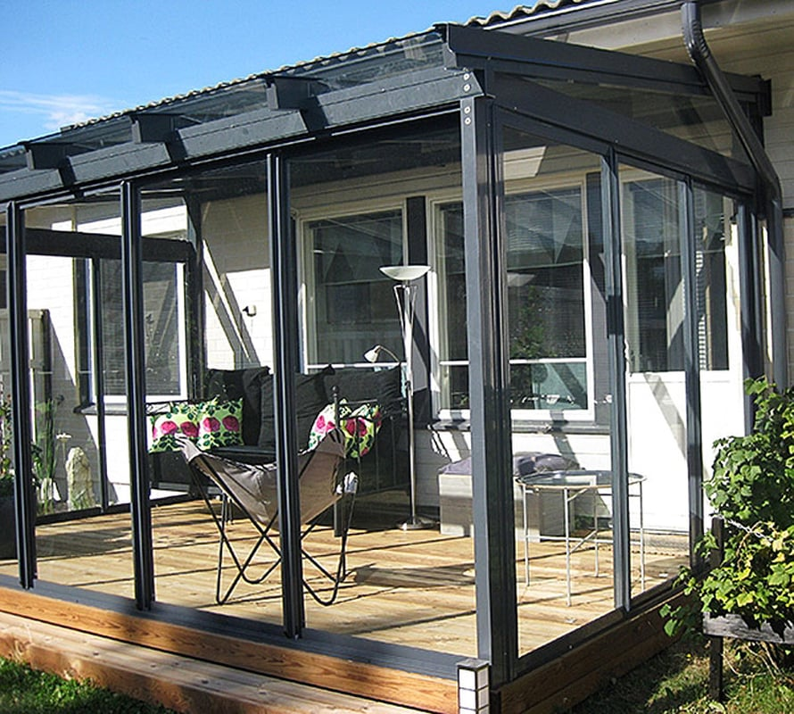 Lasitettu terassi toimii ulko-olohuoneena myös sadesäällä ja viileinä  vuodenaikoina. Kuva Cover.
