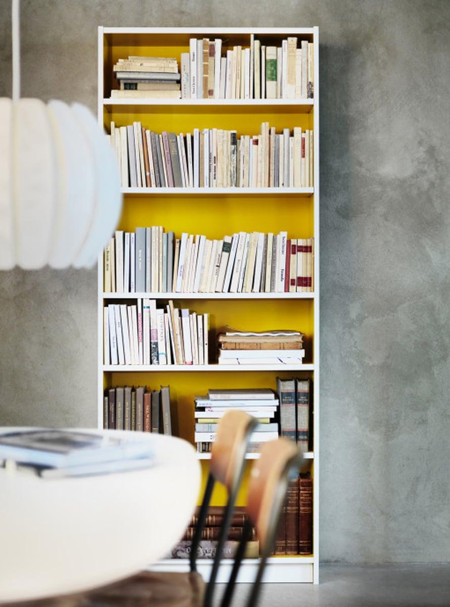 """Mik&auml;li sein&auml;n maalaaminen keltaiseksi tuntuu liian isolta tai uhkarohkealta projektilta, on kirjahyllyn tai vaikkapa vitriinikaapin taustasein&auml;n maalaaminen tai tapetointi k&auml;tev&auml; vaihtoehto kodin ilmeen pirist&auml;miseksi. Huomaa my&ouml;s, kuinka herkullisesti keltainen v&auml;ri sopii betonisein&auml;n kaveriksi. Kuva: <a href=""""http://www.ikea.fi"""" target=""""_blank"""">Ikea</a>"""