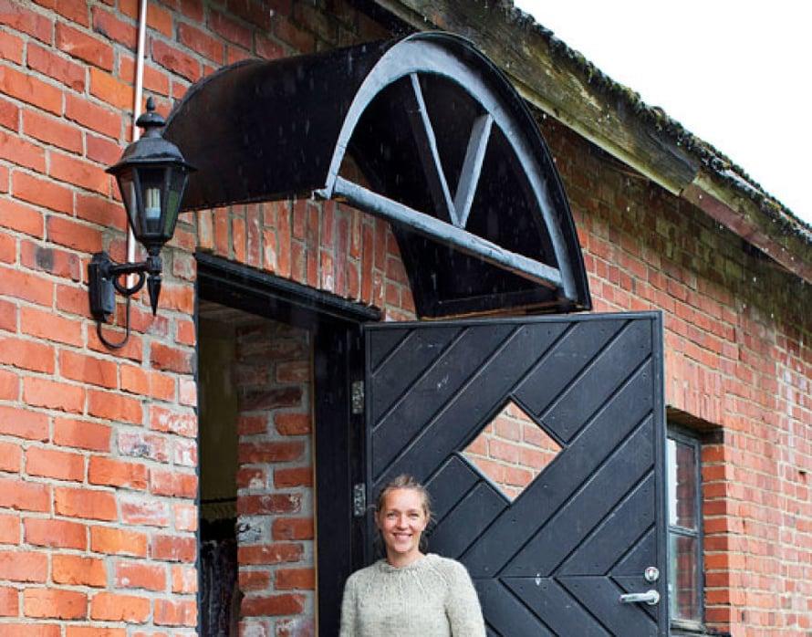 <p><p>Kotinsa yhteydessä Tiirinkosken tilalla Nina Toivonen hoitaa eläimiä ja työstää lampaantaljoja sekä pitää lifestyleputiikkia Tiirinkosken tehdas. Bordercolliet  Teho ja Timi auttavat kaitsemalla lampaita. </p></p>