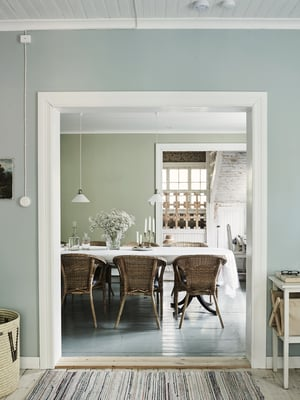 Olohuoneen ja ruokasalin välinen ovi siirrettiin eteisen ja keittiön välille. Tilalle tehtiin tuplasti isompi aukko avaran tunnelman saamiseksi.