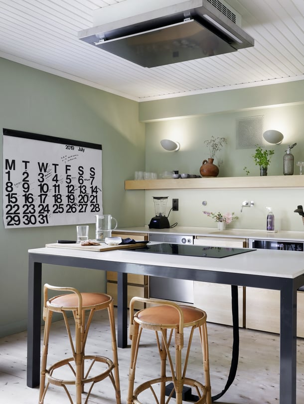 Puuseppä Pekka Koivikko valmisti keittiön mittojen mukaan koivusta. Betonitasot valmisti 16juin.com. Keittiön seinät maalattiin hengittävällä Auro-luomumaalilla. Ruokapöytämäiseen saarekkeeseen upotettiin liesitaso, jonka lattiaan johtavat sähköjohdot sukitettiin siististi pussiin. Liesituuletin sijoitettiin kattoon.