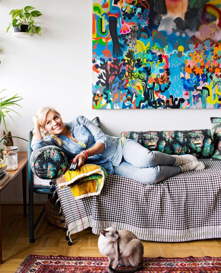 Meri-Tuuli Lindströmin lempipaikka on rautasängystä tehty sohva. Tämän kodin viherkeidas ei ole ikkunalaudalla vaan vanhalla pöydällä. Maalaus on Ville-Veikko Viikilän. Meri-Tuulin Rambo-kissalla on valikoiva kuulo.