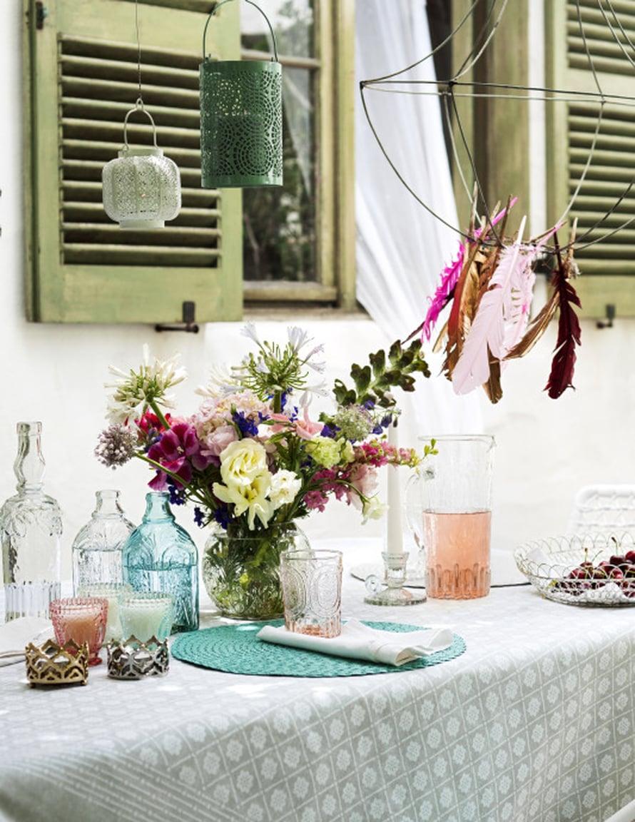 Ulkonakattaus voi olla rennon huoleton ja astiatkin voivat olla eriparia, kuvioitu lasikannu 19,99 e, lasipullo 9,99 ja tuoksukynttilät, 5,99 e, H&M Home.