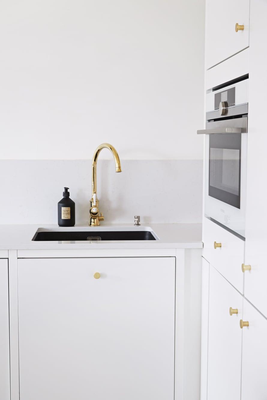 Kaunis ranskalaishenkinen hana ja messinkivetimet sopivat täydellisesti yhteen. Tasoon alta päin asennettu allas on tyylikäs ratkaisu ja helppo pitää puhtaana.