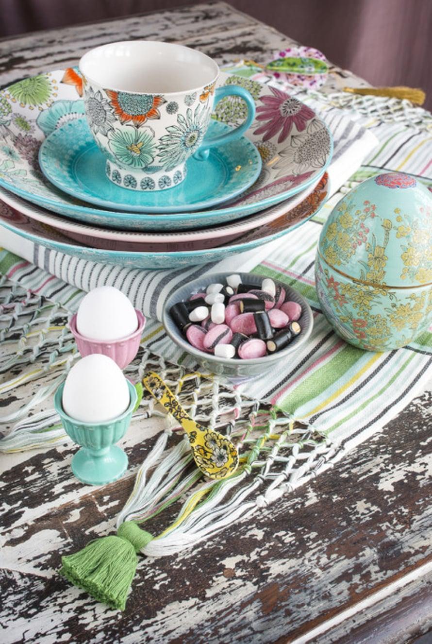 Pääsiäiskattaus syntyy värikkäistä astioista! Indiskan kattauksessa väriä tuovat iso pääsiäismuna, 14,90 e, pastelliset munakupit, 4,90 e ja turkoosit lautaset, alkaen 6,90 e, Indiska.