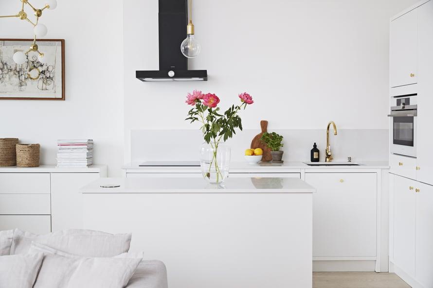 Avokeittiö yhdistyy saumattomasti ruokailutilaan ja olohuoneeseen. Saarekkeen äärellä kokkaillessa on helppo seurustella olohuoneeseen päin.