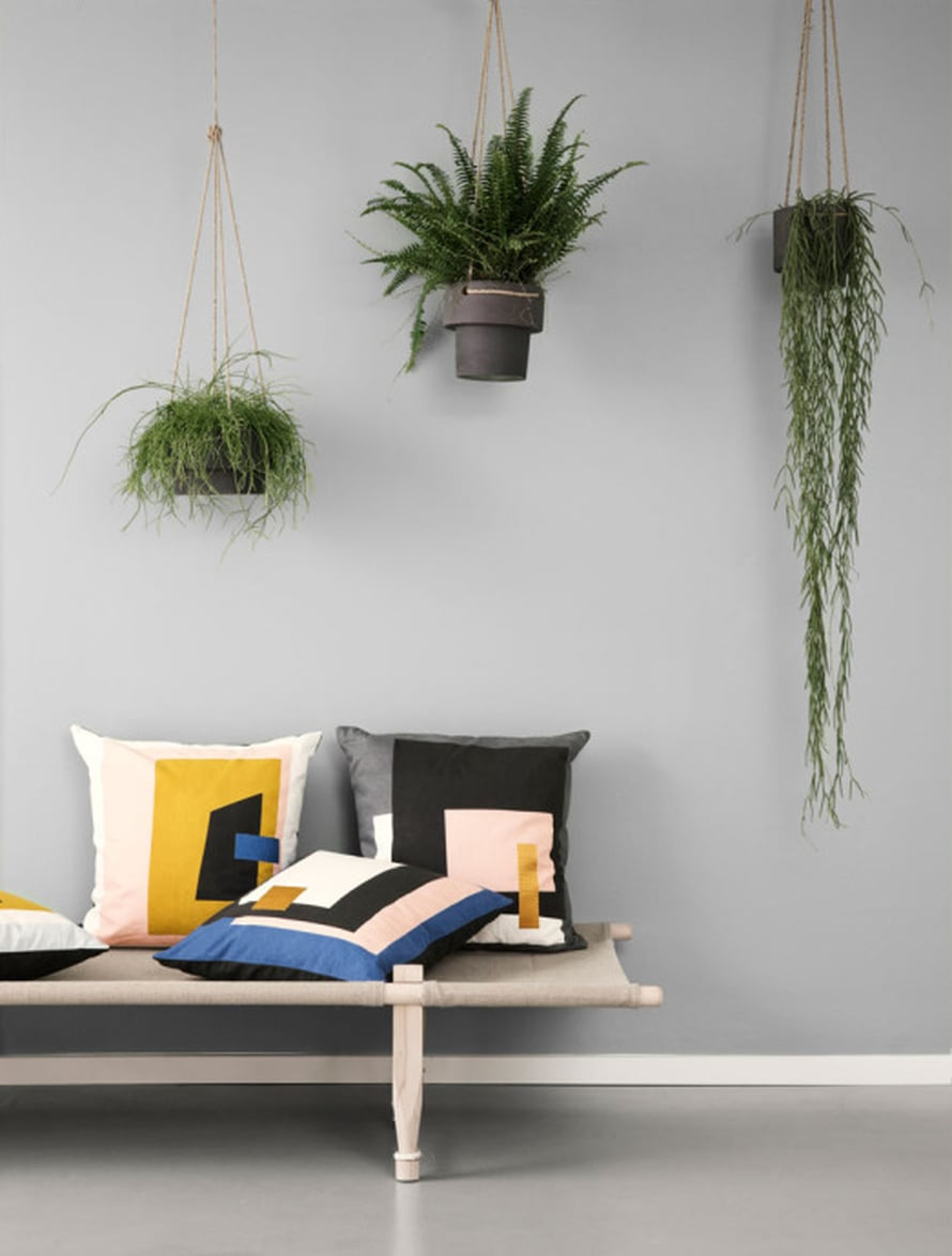 "Retrohenkinen Ferm Livingin Plant Hanger -kiviruukku sopii moderniin sisustukseen, 46 e, <a href=""http://www.room21.fi"">Room21</a>.fi."