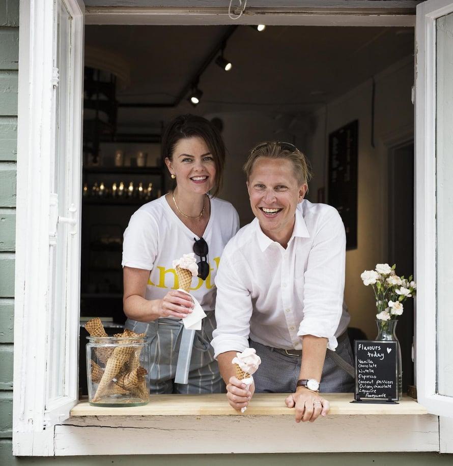 Johanna ja Riku Stenros palvelevat kesäisin turisteja, muina aikoina bisnesmatkailijoita.