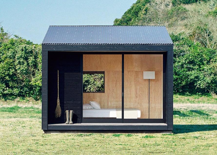 Ultratyylikkäässä japanilaisessa Muji Hutissa on vain yhdeksän neliötä, mutta korkeus ja leveä terassi saavat modernin vierasmajan tuntumaan neliöitään suuremmalta. Iso ikkuna toimii myös liukuovena.