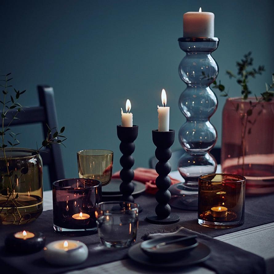 Ikean uudessa Sittning-erikoismallistossa on syksyisiä tuotteita. Iso kynttilänjalka 18 e, pienet mustat kynttilänjalat 8 e, tuikkulasit 4 e.