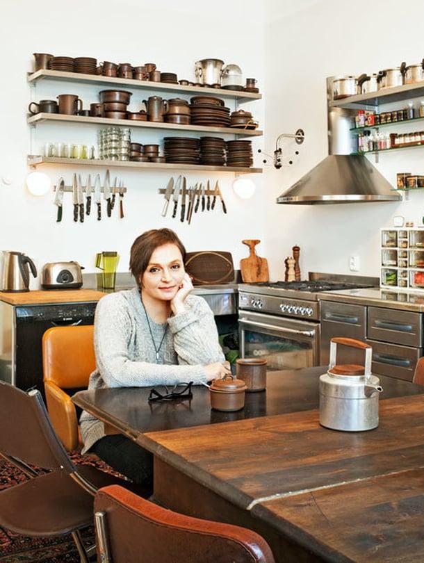 """<p><p>Piitu Uski on 46-vuotias näyttelijä, äiti ja isoäiti sekä intohimoinen """"trash builder"""". Hänen mielestään ruokapöydän pitää olla niin iso ja jykevä, että siinä voi tanssia. Hyllyillä on Ulla Procopén Arabialle suunnittelemia Ruska-astioita.</p></p>"""