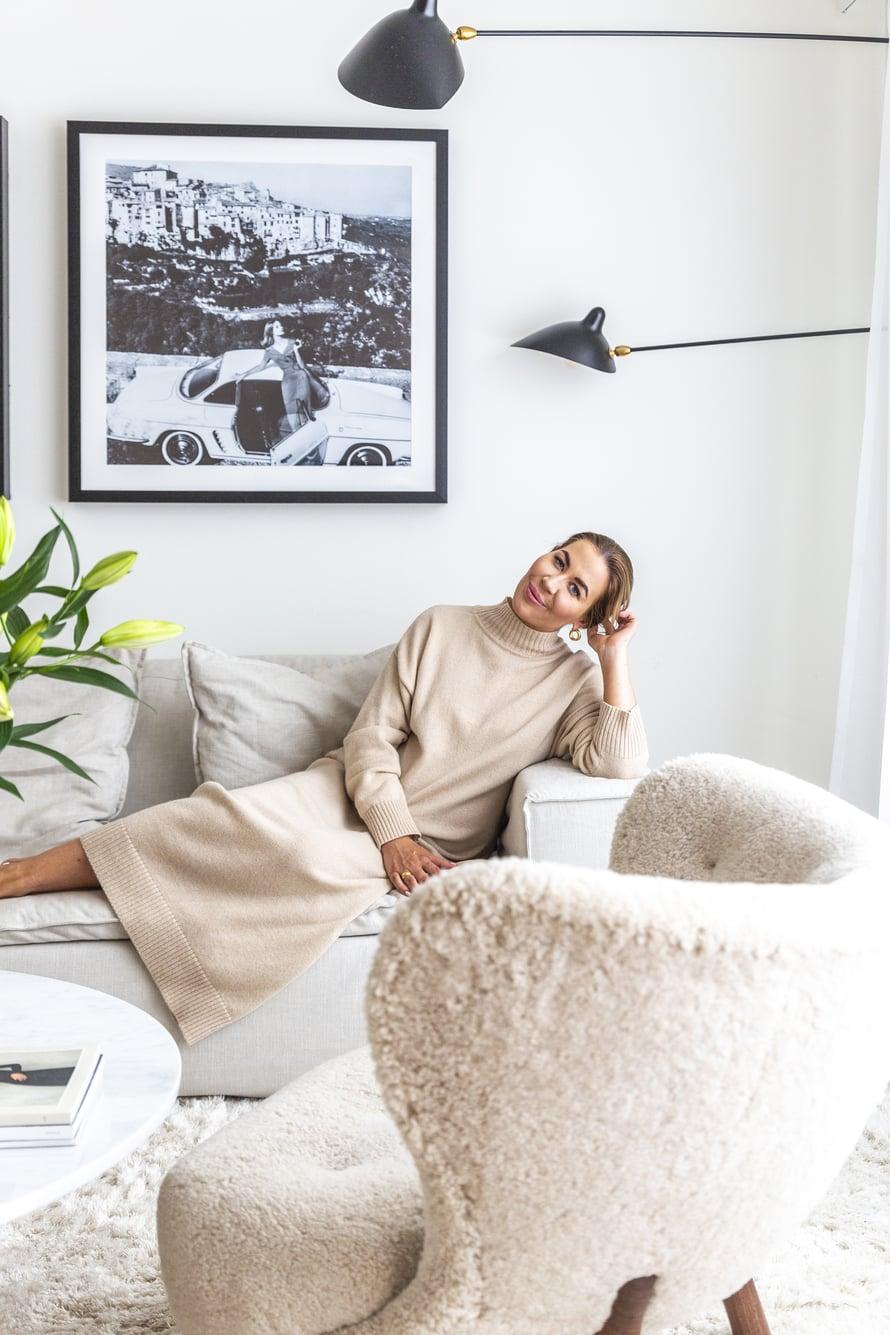 Alexa Dagmar kaipaa levollista sisustusta voidakseen hyvin. Lampaantaljalla päällystetty &Traditionin Little Petra -nojatuoli on Alexan suosikki.