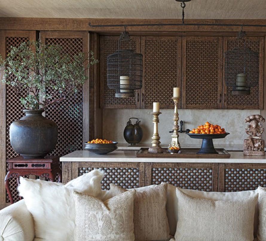 <p><p>Keittiötä hallitsevat  käsin kaiverretut sermit. Kun sermit ovat kiinni, keittiökoneet ja astiat jäävät siististi piiloon katseilta. </p></p>