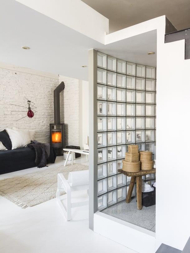 Parvi on kylpyhuoneen,  eteisen ja osin olohuoneen päällä. Lasitiiliseinä erottaa kylpyhuoneen olohuoneesta. Etualalla Alvar Aallon suunnittelema Paimio-tuoli. Seinällä kiipeilee Johannes Rantasalon Verenimijä-veistos.