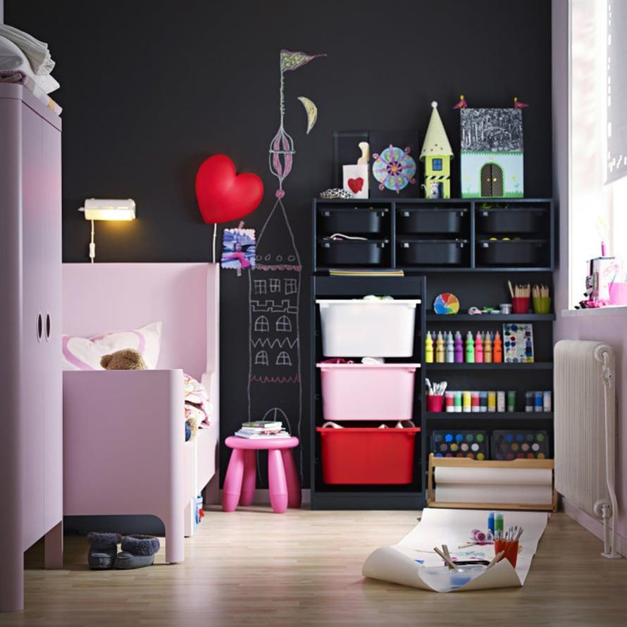 """Lis&auml;&auml; vaaleanpunaisen ja mustan liittoa. Musta liitutaulusein&auml; ei n&auml;yt&auml; ollenkaan turhan tukkoiselta ja synk&auml;lt&auml; lastenhuoneessa, kun sisustuksessa on panostettu ihastuttaviin vaaleanpunaisiin huonekaluihin. Kuva: <a href=""""http://www.ikea.fi"""">Ikea</a>."""