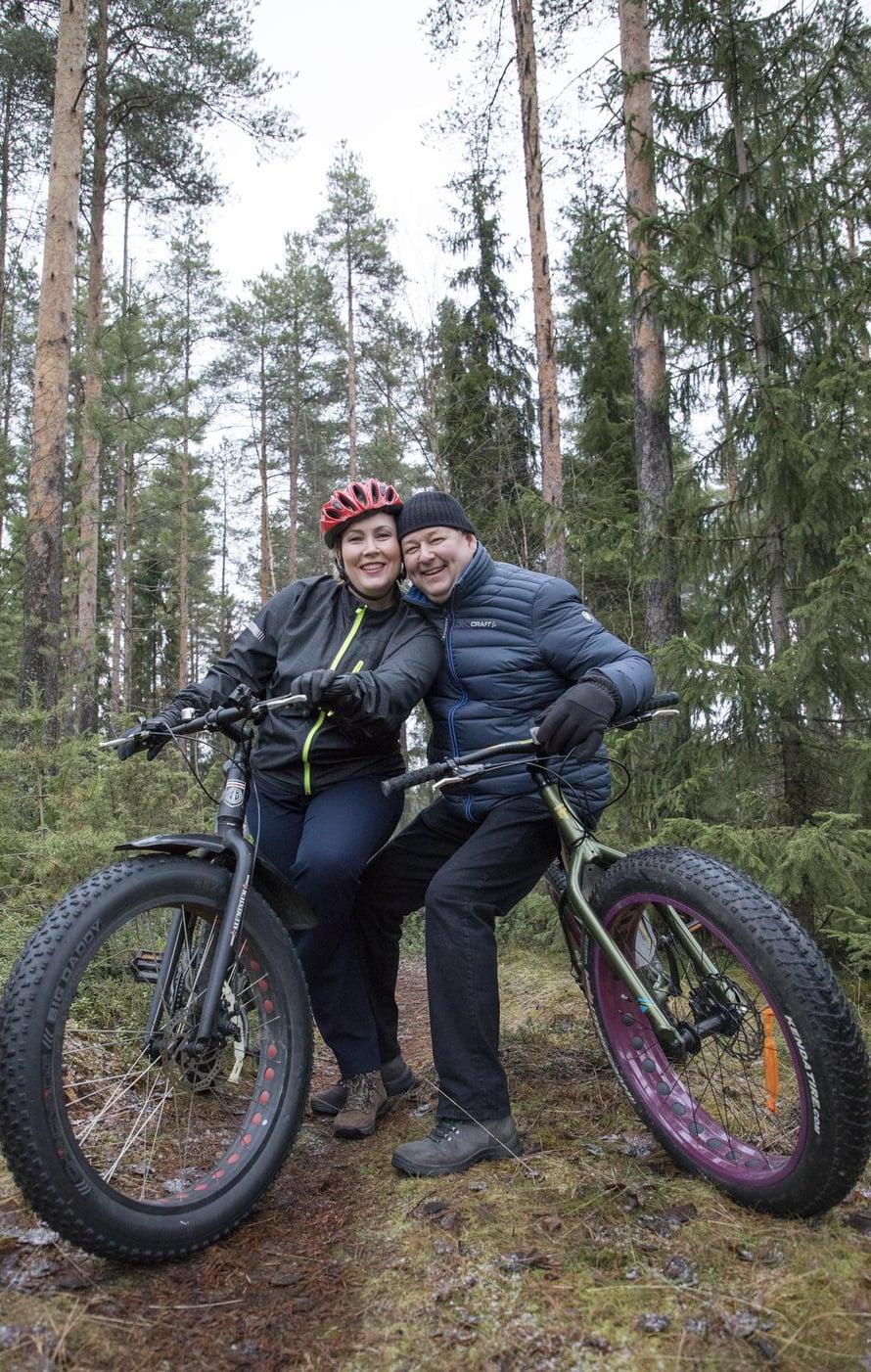 Heidi ja Juha hoitavat parisuhdettaan muun muassa yhteisillä pyörälenkeillä.
