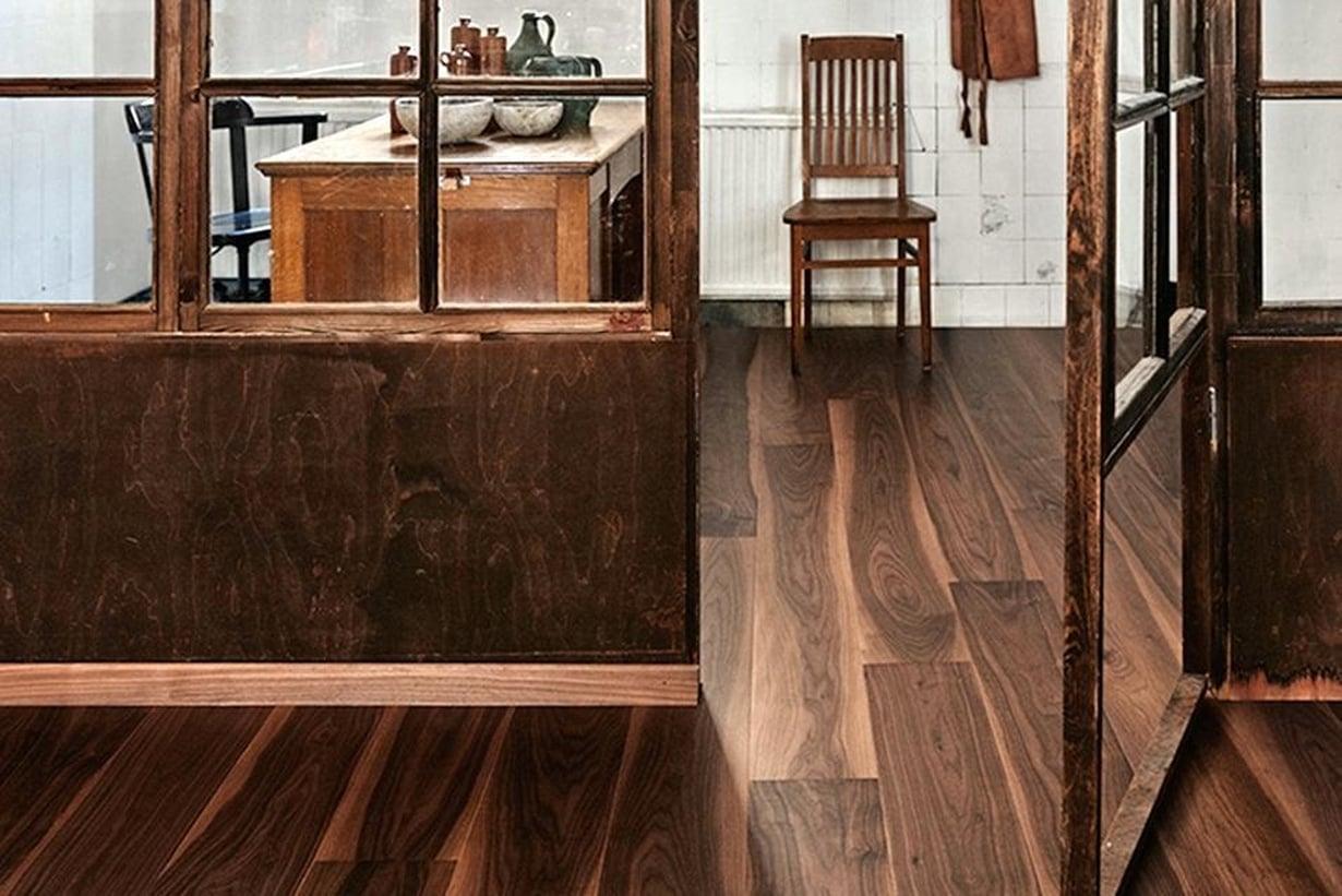 Sisustus on harmoninen ja kodikas, kun puulajien sävymaailma on samaa tummuusluokkaa. Timberwisen pähkinälankkuparketti on mattalakattu. Sen keskiruskean sävyt toistuvat kauniisti tilan väliseinärakenteessa.