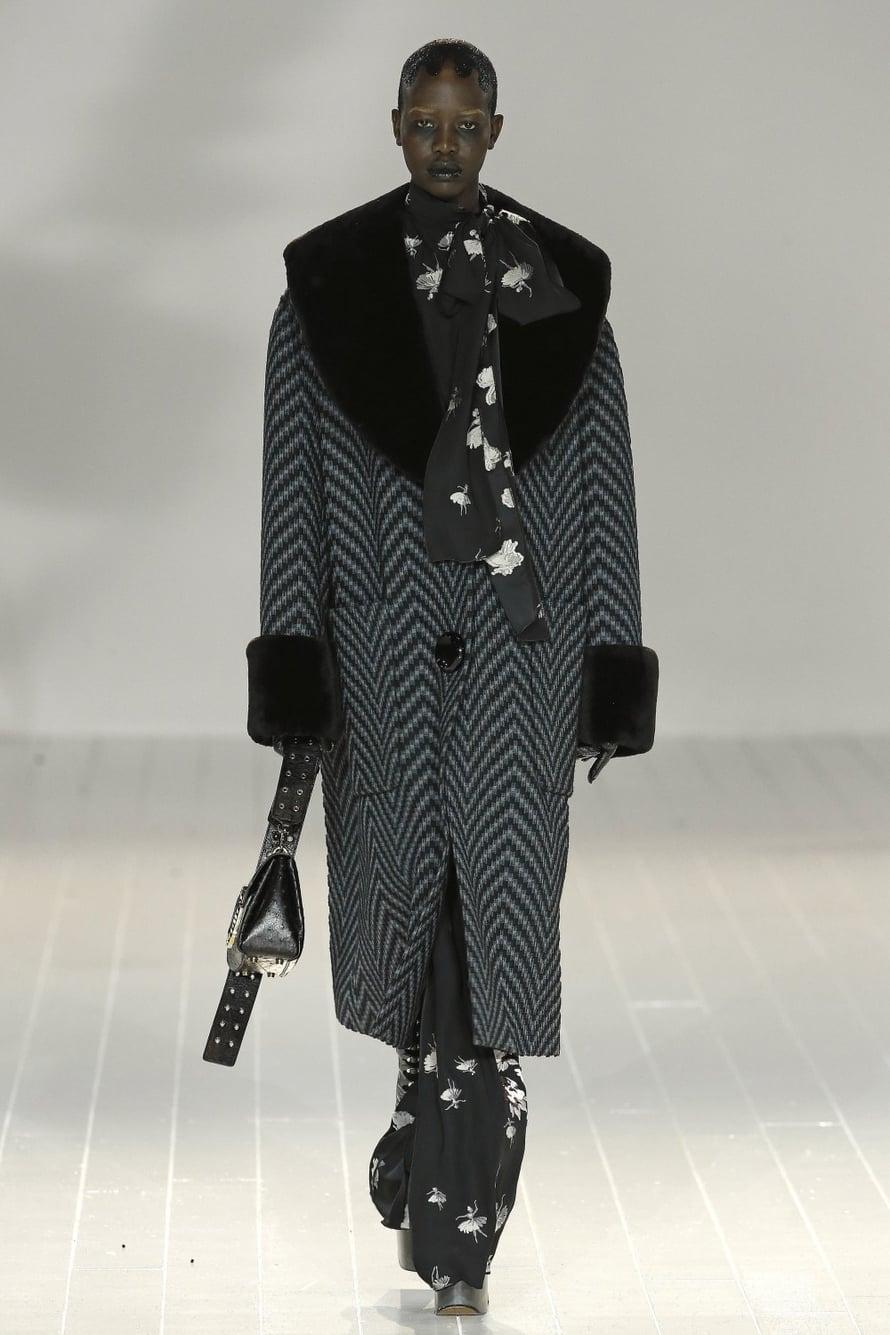 Marc Jacobs loi rohkean ja näyttävän syysmalliston. Goottimaisen tyylikäs ja erilainen.
