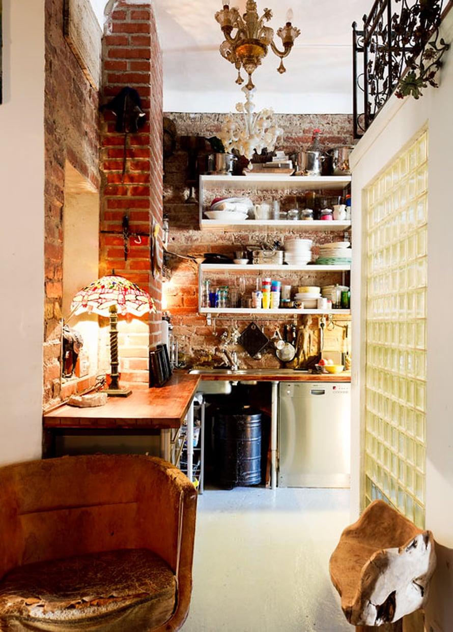 Keittiön lasitiiliseinän takana ovat kylpytilat ja niiden yläpuolella vierastila. Nanna hurahti Muranon kattokruunuihin.