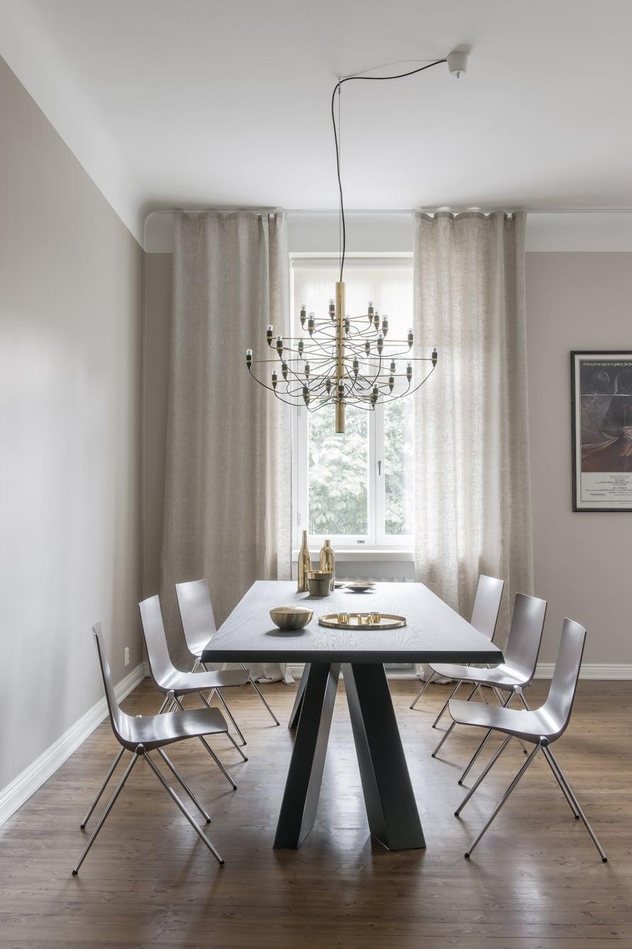 Kookas pöytä on Alain Gillesin italialaiselle Bonaldolle suunnittelema Big Table. Samuli Naamangan suunnittelemat Clash-tuolit ovat Martelan. Artelucen 2097/30-kattokruunu on Gino Sarafattin suunnittelema. Pöydällä olevat messinginväriset pikkuesineet ovat Zarrosta.