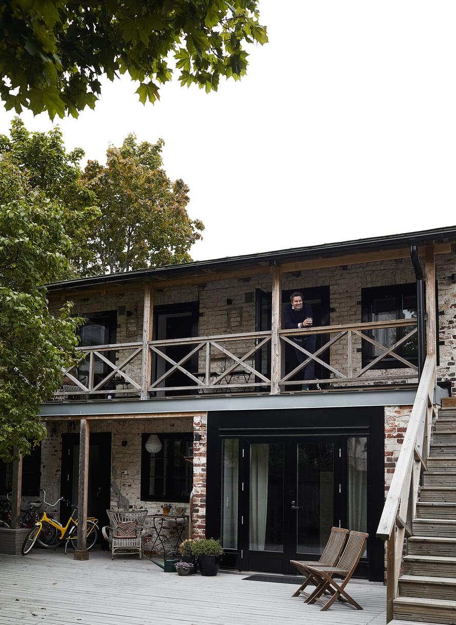 Vanha varasto oli rappeutunut lähes tiilirotiskoksi, kun samassa pihassa asuva Tomi Parkkonen ja Anna-vaimo ostivat sen. Talossa on kaksi erillistä vierastilaa, yksi alakerrassa ja yksi yläkerrassa.