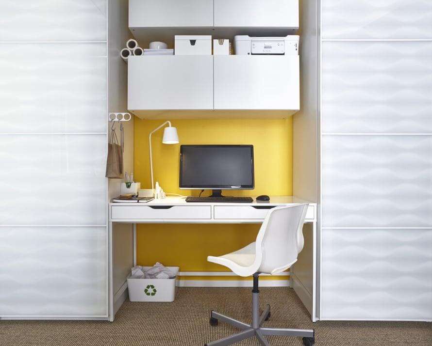 """Nerokkaasti vaatekaappien v&auml;liin sijoitetun pienen tietokonepisteen taustalla oleva sein&auml; on maalattu kirkuvan keltaiseksi. T&auml;llainen pieni sein&auml;kaistale sopii loistavasti varovaisempiin maalauskokeiluihin, ja jos koko sein&auml;n maalaaminen pelottaa, voit my&ouml;s kokeilla vaikkapa leve&auml;n raidan tai suuren ympyr&auml;n maalaamista. Kuva: <a href=""""http://www.ikea.fi"""" target=""""_blank"""">Ikea</a>"""