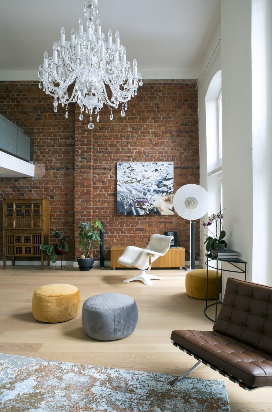 Vanhan kodin valkoinen nahkainen Karuselli -tuoli löysi paikkansa korkean ikkunan edessä. Taideteos on Marcus Eekin. Mooin suuri valkoinen Filigree -lattiavalaisin luo valolla tilaan kauniin filigraanimaisen kuvion.