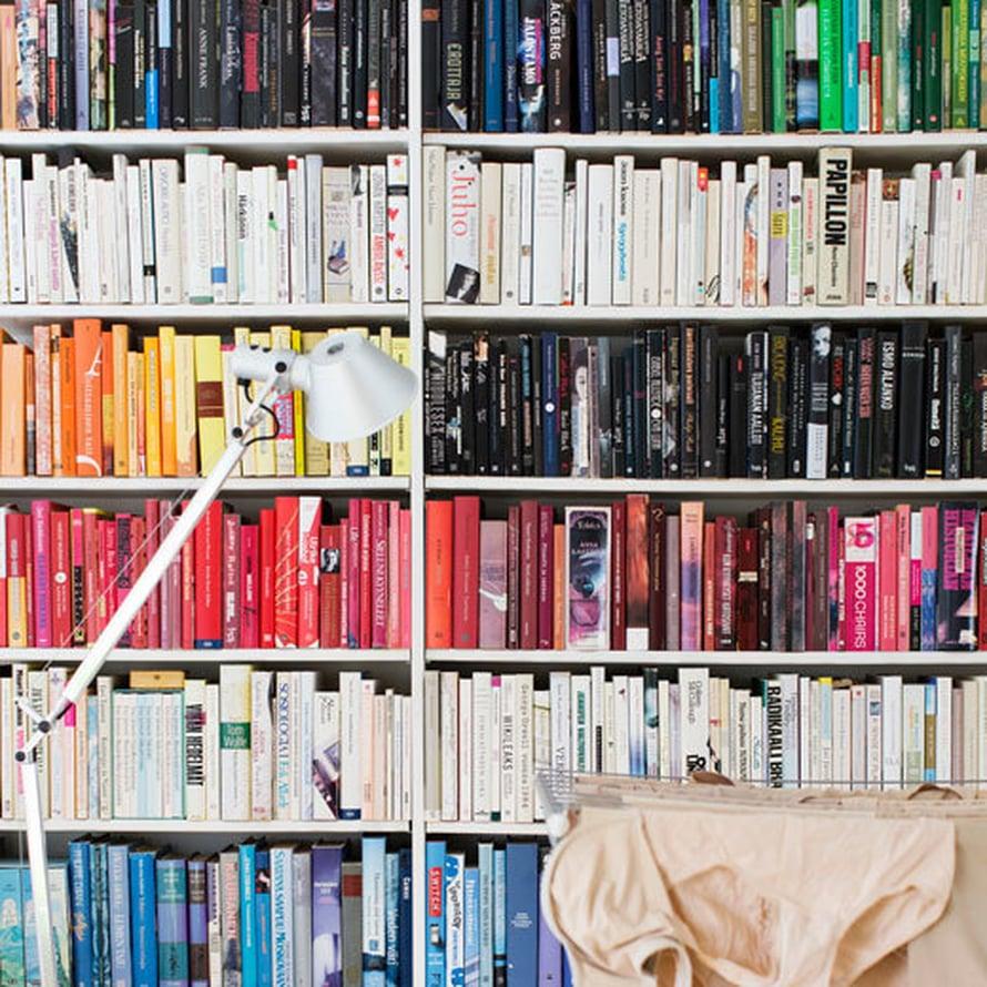 """<p><p>Kaikki sävy sävyyn. """"Olen hulluna väreihin ja sisustan kotonani kaiken sävyjä ajatellen. Kirjahyllyn sävyttämiseen minulta kului kokonainen viikonloppu"""", perheen äiti huokaa. Artemiden jalkalamppu on ostettu vuosia sitten Formverkista.</p></p>"""