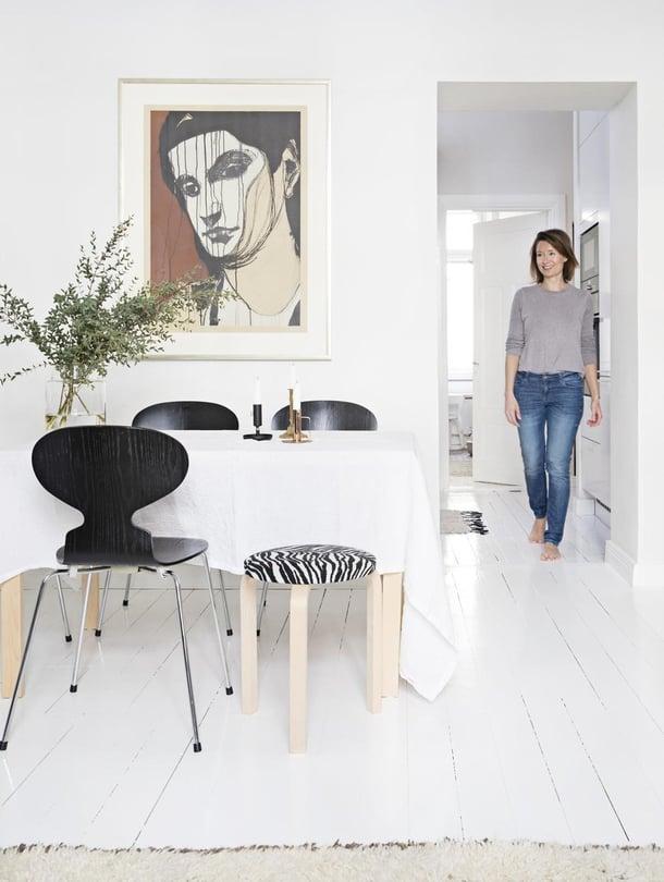 Monen kerroksen alta löytyneen lankkulattian pakkeloiminen oli kova työ, Eva-Marie Eriksson sanoo. Teos seinällä on Kuutti Lavosen Medeia.