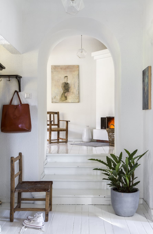 Eteisaulan vaaleaksi maalattu puulattia saa kontrastia tummista, vanhoista argentiinalaistuoleista, jotka ostettiin aikoinaan Casuarinasta. Katseenvangitsijana tilassa on Kaj Söderholmin maalaus.