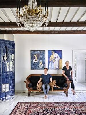 Pete ja Pekka koirineen salin mustaksi verhoillulla antiikkisohvalla. Seinällä on kaksi Pekan isoäidin Leila Lehdon maalaamaa sinistä muotokuvaa. Valtava matto on hankittu hauholaisen antiikkiliike Helinin loppuunmyynnistä.