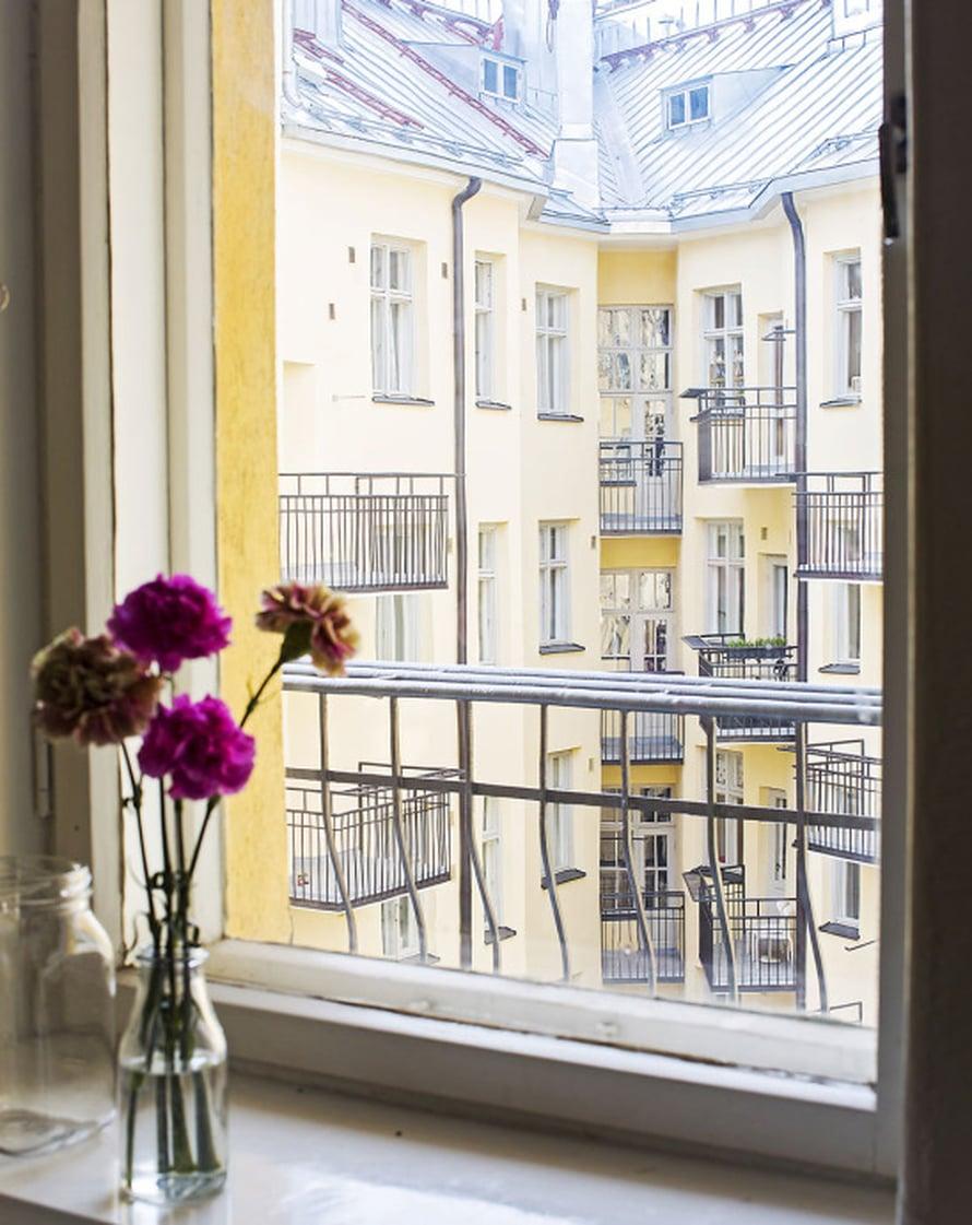 Helsinkiläiskodissa on monen keskusta-asujan haave: parveke. Parvekkeella istuessa voi tähyillä kattojen ylle.