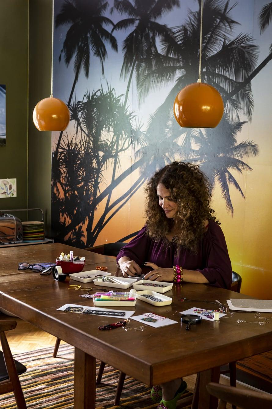 Lindan työhuone sijaitsee kävelymatkan päässä kotoa, mutta hän tekee töitä mielellään myös kotoa käsin. Auringonlaskutapetti on ilahduttanut ruokailutilan seinällä jo 20 vuotta.