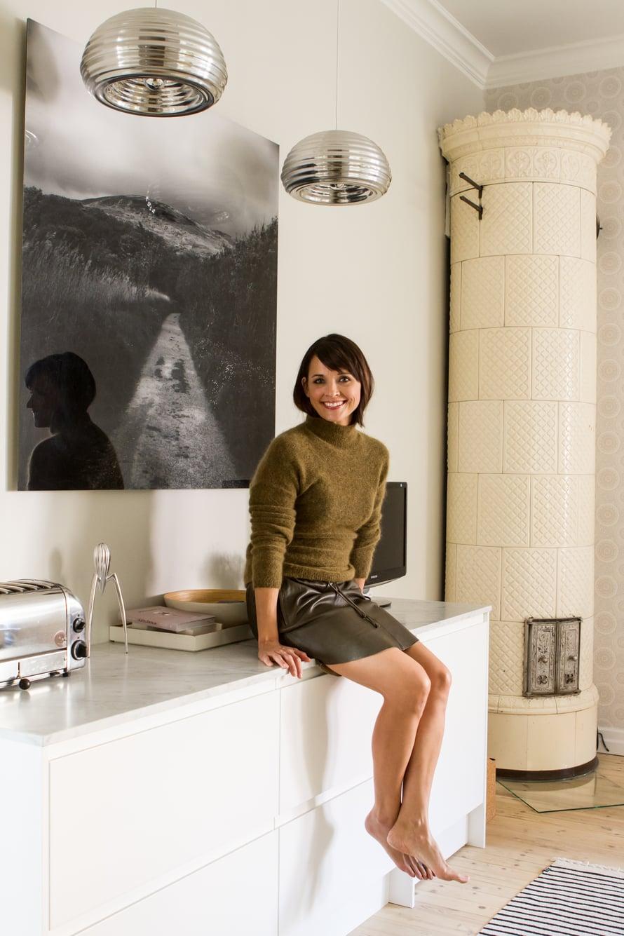 Maija halusi keittiöön taidetta tuomaan oleskelutilamaista tunnelmaa. Suuri valokuvateos on Riitta Souranderin. Katossa on Flosin Splügen Bräu -valaisimet.