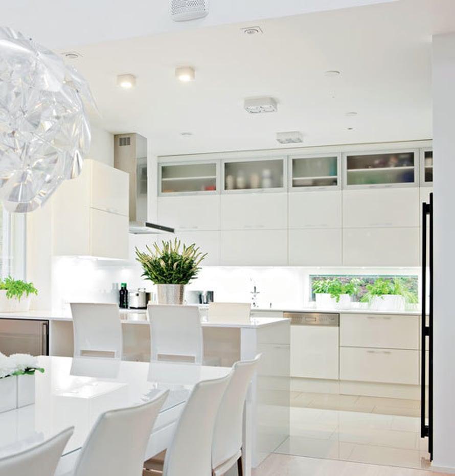 <p><p>Ruokailuryhmä on samaa tilaa keittiön ja olohuoneen kanssa. Näyttävä valaisin on legendaarisen timantin mukaan nimetty Hope, jonka suunnittelivat Francisco Gomez Paz ja Paolo Rizzatto.</p></p>