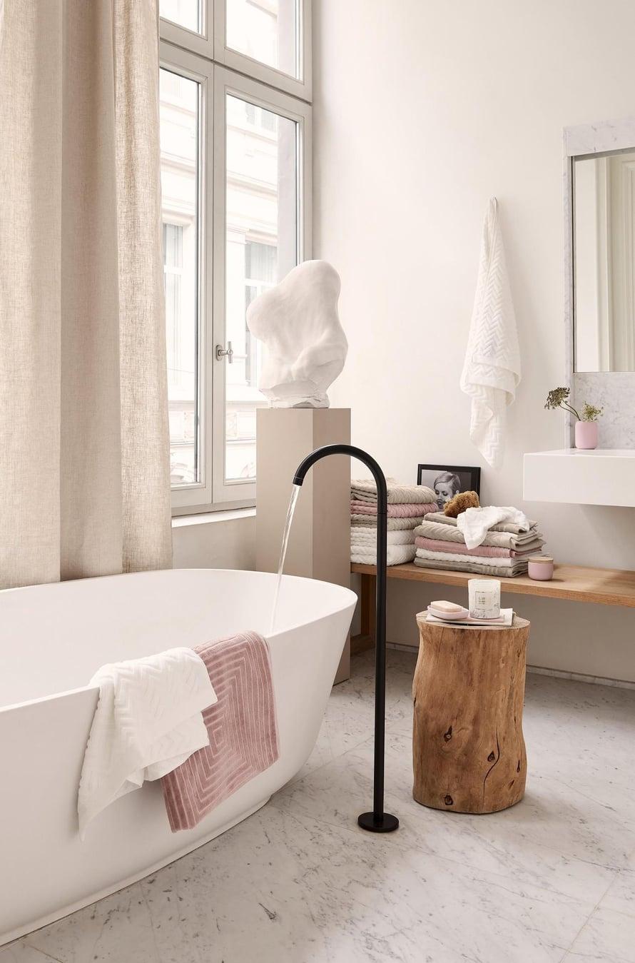 Modernit kylpyhuonekalusteet toimivat vanhassakin talossa,  kun materiaalit, kuten marmorilattia, henkivät mennyttä.  Jakardikuvioiset  kylpypyyhkeet  9,99 e/kpl, H&M Home.