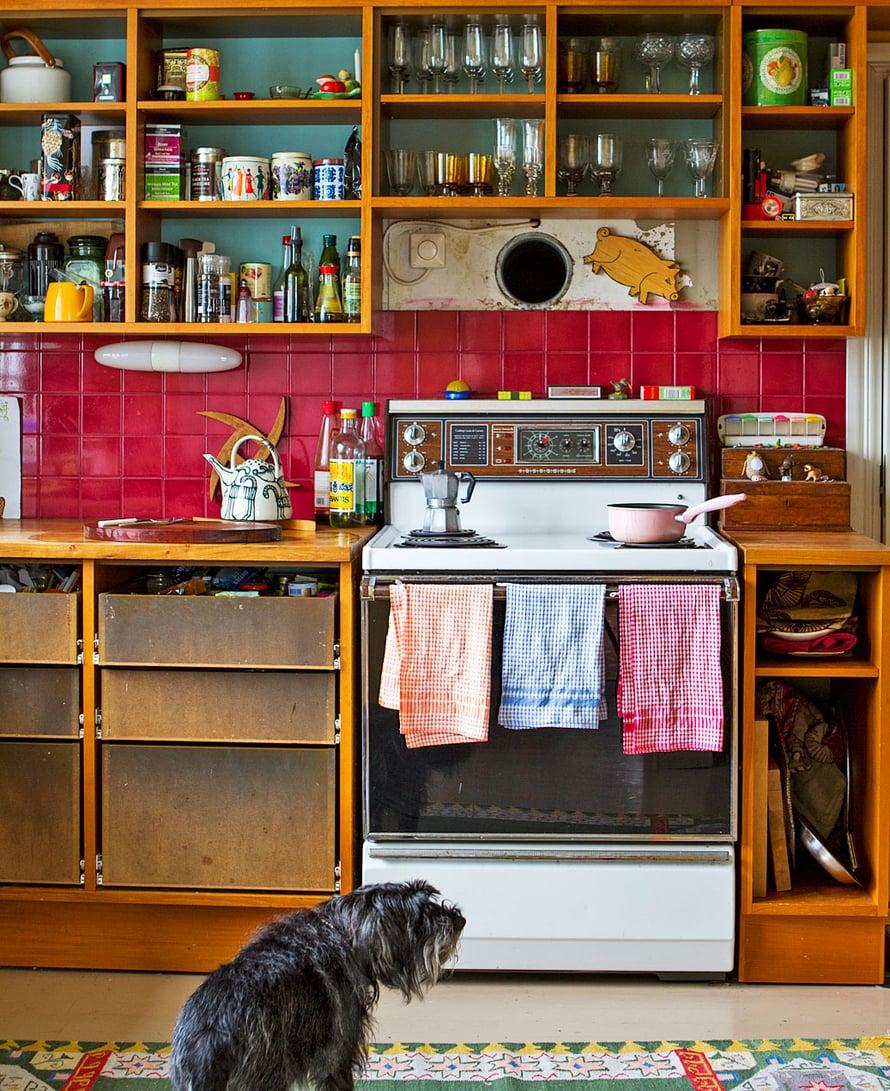 Viivi on keräilijä. Luovasti rakennetun keittiön kaapeissa ja hyllyillä on kaikkea käyttöesineistä kauniisiin vanhoihin tavaroihin. Tunnelmallinen liesi on tarinan mukaan ollut aikoinaan Kanadan suurlähetystön keittiössä.