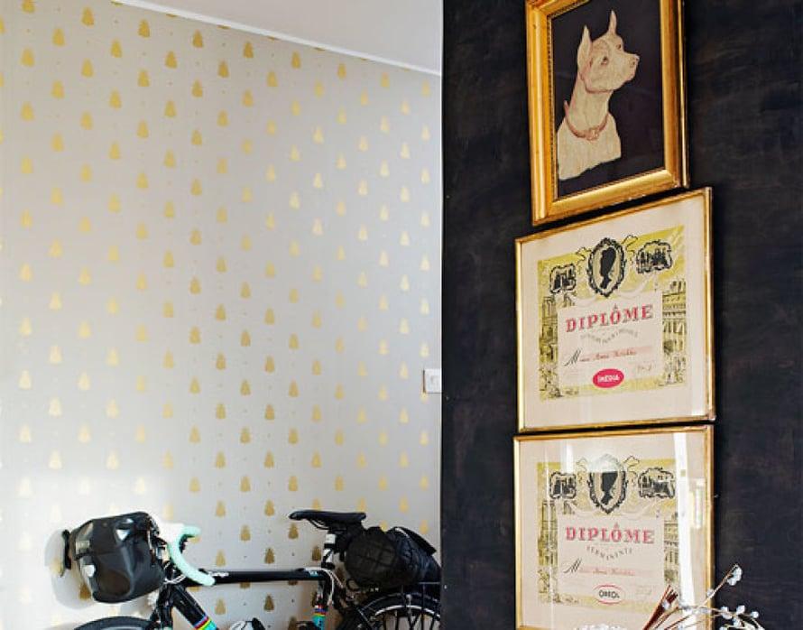 """<p><p>Eteisen tapetti on englantilaisen Farrow & Ballin mallistosta ja pitkän harkinnan tulos. """"Pidin kokonaisen vuoden tällä seinällä monta tapettimallia, joista kultakuvioinen ihanuus vihdoin valikoitui. Hetken pelkäsin, että se näyttää liian tyttömäiseltä"""", Meri-Tuuli kertoo. </p></p>"""