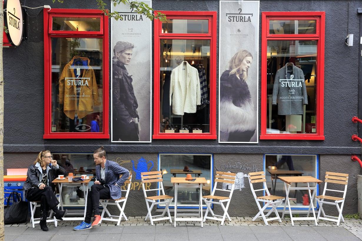 Kesäaikaan Reykjavikissa voi juoda kahvinsa kadulla.