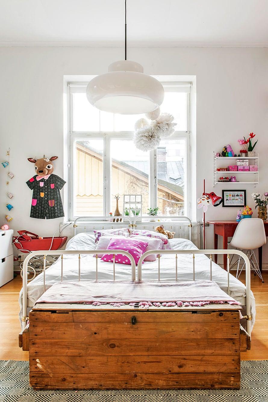 Harvalla lapsella on leveä vuode, vaikka lastensängyssä tarvittaisiin usein tilaa: joskus siinä nukkuu lapsen kanssa toinen vanhemmista tai joku kaveri ja ainakin iltasadun lukija mahtuu mukaan pötköttämään. Tässä on laitettu kaksi vanhaa rautasänkyä vierekkäin. Kuva: Pauliina Salonen