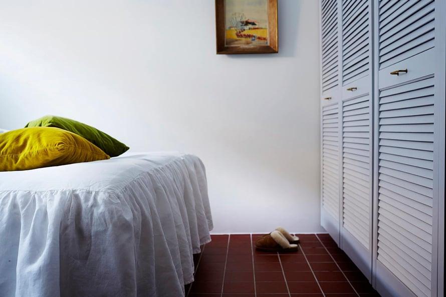 Pellavakankainen helmalakana 59,90 e, H&M Home. Tyynyt kuvausrekvisiittaa. Vaatekaappien mäntypuusäleovet ovat Bauhausista ja ne on maalattu vaaleanharmaaksi. Lattian kivipuristelaatat 15 x 15 cm, Kaakelikeskus.