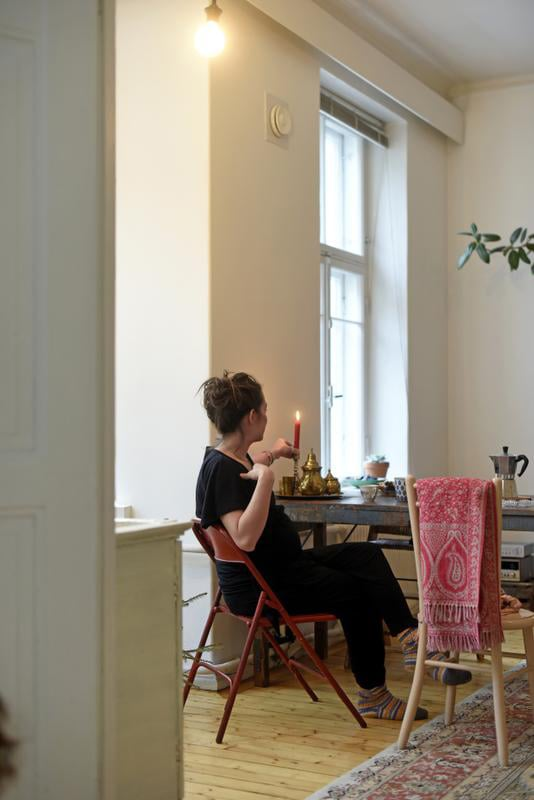 Ruokapöydän ja punaisen tuolin Manuela löysi Perobasta. Vaalean tuolin hän osti Aalto-yliopiston myyjäisistä. Manuela kokeilee innokkaasti uusia reseptejä ja kokkaa kasvisherkkuja koko perheelle.