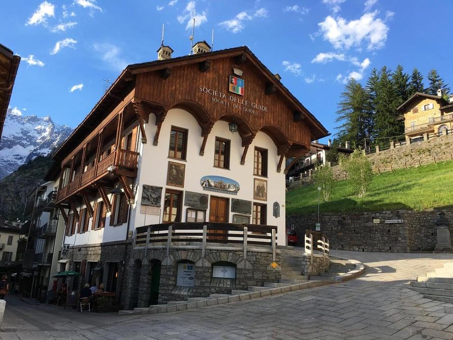 Courmayerin keskustan talot ovat toinen toistaan koristeellisempia.