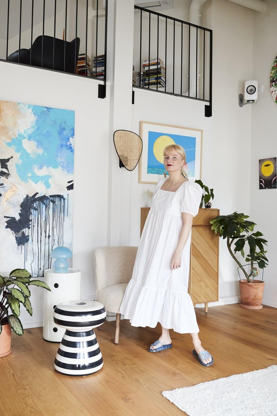 """""""Tunnen oloni itsevarmaksi tässä H&M:n popliinisessa valkoisessa mekossa. Palan helposti, joten se suojaa hyvin auringolta, mutta myös hengittää. Käytän mekkoa usein mökillä ja yhdistän sen Chanelin sandaaleihin. Tosin mökillä kuljen usein paljain jaloin."""""""