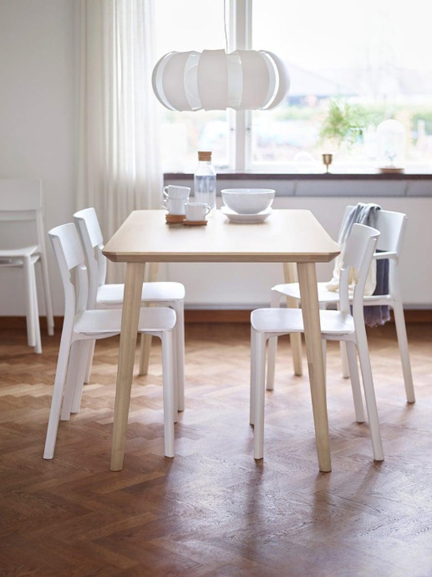 Lisabo-pöydässä on kaunis, keveä muoto. Pinta on saarniviilua ja pöydän ääreen mahtuu 4 henkeä, 139 euroa.