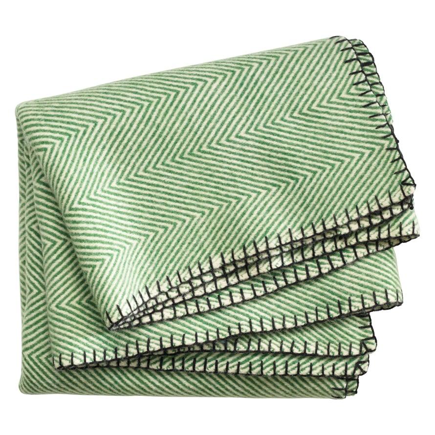 Täyttä villaa oleva viltti toimii parhaiten syysillassa, sillä se on lämmin ja hylkii kosteutta, 149 e, Linumdesign.com