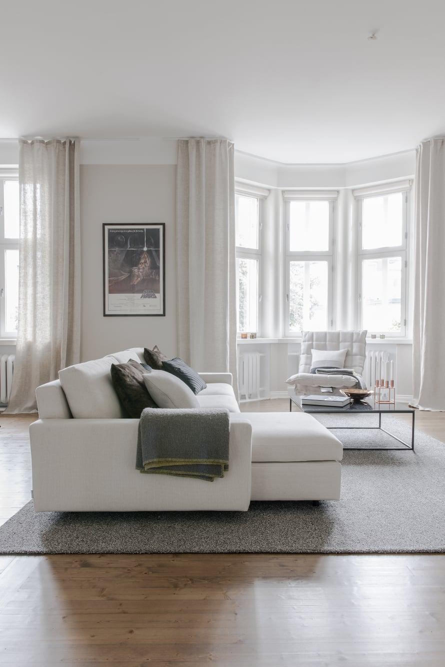Olohuoneessa istutaan Sancalin divaanisohvalla ja Woodnotesin K-tuolilla. Iso Woodnotesin Tundra-nukkamatto kokoaa tilan yhteen.